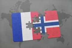 imbarazzi con la bandiera nazionale della Francia e della Norvegia su un fondo della mappa di mondo Fotografia Stock Libera da Diritti
