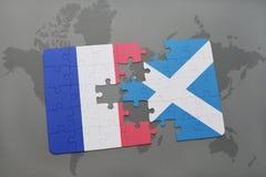 imbarazzi con la bandiera nazionale della Francia e della Scozia su un fondo della mappa di mondo Immagini Stock Libere da Diritti