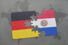 imbarazzi con la bandiera nazionale della Germania e del Paraguay su un fondo della mappa di mondo Fotografie Stock Libere da Diritti