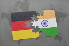 imbarazzi con la bandiera nazionale della Germania e dell'India su un fondo della mappa di mondo Immagini Stock Libere da Diritti