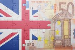 Imbarazzi con la bandiera nazionale della Gran Bretagna e di euro banconota Fotografie Stock Libere da Diritti