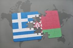imbarazzi con la bandiera nazionale della Grecia e della Bielorussia su un fondo della mappa di mondo Immagini Stock Libere da Diritti