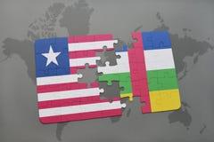 imbarazzi con la bandiera nazionale della Liberia e della Repubblica centroafricana su una mappa di mondo Fotografie Stock