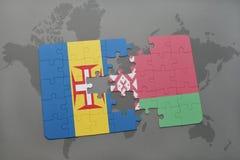imbarazzi con la bandiera nazionale della Madera e della Bielorussia su un fondo della mappa di mondo Fotografia Stock Libera da Diritti