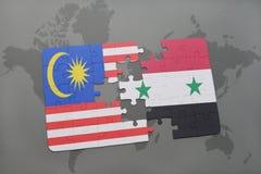 imbarazzi con la bandiera nazionale della Malesia e della Siria su un fondo della mappa di mondo Fotografia Stock Libera da Diritti