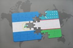 imbarazzi con la bandiera nazionale della Nicaragua e dell'Uzbekistan su una mappa di mondo Immagini Stock Libere da Diritti