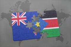 imbarazzi con la bandiera nazionale della Nuova Zelanda e del Sudan del sud su un fondo della mappa di mondo Immagini Stock Libere da Diritti