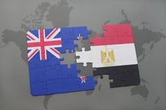 imbarazzi con la bandiera nazionale della Nuova Zelanda e dell'egitto su un fondo della mappa di mondo Fotografie Stock Libere da Diritti