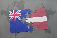imbarazzi con la bandiera nazionale della Nuova Zelanda e della Lettonia su un fondo della mappa di mondo Fotografie Stock