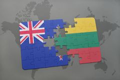 imbarazzi con la bandiera nazionale della Nuova Zelanda e della Lituania su un fondo della mappa di mondo Fotografia Stock