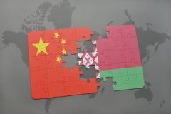 imbarazzi con la bandiera nazionale della porcellana e della Bielorussia su un fondo della mappa di mondo Fotografie Stock Libere da Diritti