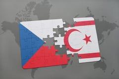 imbarazzi con la bandiera nazionale della repubblica Ceca e della Cipro del Nord su una mappa di mondo Immagine Stock