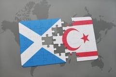 imbarazzi con la bandiera nazionale della Scozia e della Cipro del Nord su una mappa di mondo Fotografia Stock