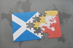 imbarazzi con la bandiera nazionale della Scozia e del Bhutan su una mappa di mondo Fotografia Stock Libera da Diritti