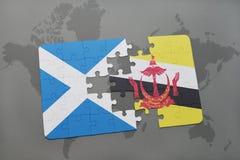 imbarazzi con la bandiera nazionale della Scozia e del Brunei su una mappa di mondo Fotografia Stock