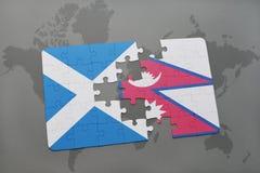 imbarazzi con la bandiera nazionale della Scozia e del Nepal su una mappa di mondo Fotografia Stock Libera da Diritti