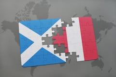 imbarazzi con la bandiera nazionale della Scozia e del Perù su una mappa di mondo Fotografia Stock