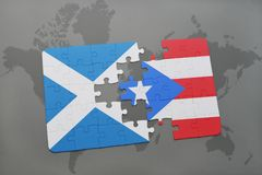 imbarazzi con la bandiera nazionale della Scozia e del Porto Rico su una mappa di mondo Immagine Stock