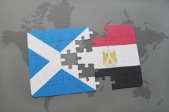imbarazzi con la bandiera nazionale della Scozia e dell'egitto su una mappa di mondo Immagini Stock