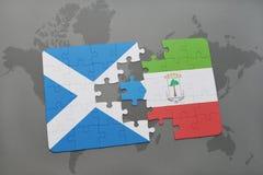 imbarazzi con la bandiera nazionale della Scozia e della Guinea Equatoriale su una mappa di mondo Fotografia Stock