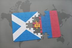 imbarazzi con la bandiera nazionale della Scozia e della Mongolia su una mappa di mondo Fotografia Stock