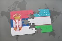 imbarazzi con la bandiera nazionale della Serbia e dell'Uzbekistan su una mappa di mondo Immagini Stock