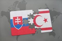 imbarazzi con la bandiera nazionale della Slovacchia e della Cipro del Nord su una mappa di mondo Fotografie Stock
