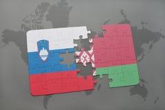 imbarazzi con la bandiera nazionale della Slovenia e della Bielorussia su un fondo della mappa di mondo Fotografia Stock Libera da Diritti