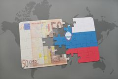 imbarazzi con la bandiera nazionale della Slovenia e di euro banconota su un fondo della mappa di mondo Immagini Stock