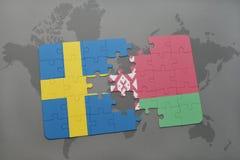 imbarazzi con la bandiera nazionale della svezia e della Bielorussia su un fondo della mappa di mondo Fotografie Stock Libere da Diritti