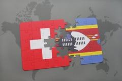 imbarazzi con la bandiera nazionale della Svizzera e dello Swaziland su un fondo della mappa di mondo Immagini Stock Libere da Diritti