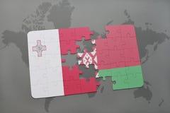 imbarazzi con la bandiera nazionale di Malta e della Bielorussia su un fondo della mappa di mondo Immagine Stock Libera da Diritti