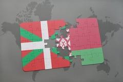 imbarazzi con la bandiera nazionale di paese basco e della Bielorussia su un fondo della mappa di mondo Immagine Stock
