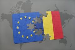 imbarazzi con la bandiera nazionale di Unione Europea e del ritaglio su un fondo della mappa di mondo Immagini Stock Libere da Diritti