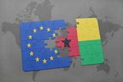 imbarazzi con la bandiera nazionale di Unione Europea e della Guinea-Bissau su un fondo della mappa di mondo Fotografie Stock