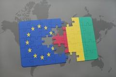 imbarazzi con la bandiera nazionale di Unione Europea e della Guinea su un fondo della mappa di mondo Immagini Stock Libere da Diritti