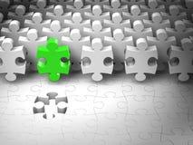 Imbarazzi Team Leader, pezzi astratti del puzzle 3d trovano l'ultimo foro Immagini Stock