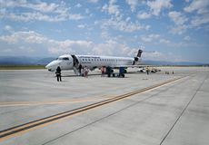 Imbarcarsi su un aereo dalle linee aeree di Lufthansa Regional fotografia stock