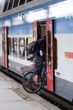 Imbarcarsi su un treno Fotografia Stock Libera da Diritti