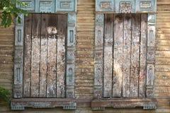 Imbarcato sulla finestra di vecchia casa di legno Struttura di legno immagine stock
