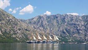 Imbarcazione da diporto con le vele che si muovono nel mare video d archivio