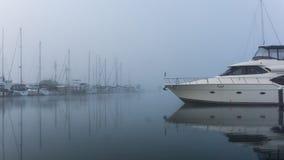 Imbarcazione da diporto su una mattina fredda e nebbiosa Immagini Stock Libere da Diritti