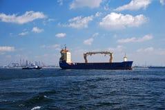 Imbarcazione di contenitore che transita ancoraggio di Singapore. Fotografia Stock