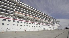Imbarcazione gigante encay e resti sul mare archivi video