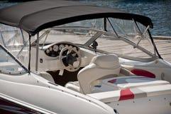 Imbarcazione a motore al pilastro fotografie stock