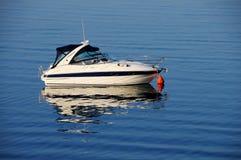 Imbarcazione a motore ancorata Immagini Stock