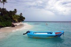 Imbarcazione a motore blu alla spiaggia Maldive Fotografia Stock