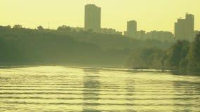 Imbarcazione a motore che cuising lungo il fiume soleggiato di estate stock footage