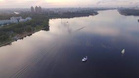 Imbarcazione a motore che galleggia sull'orizzonte archivi video