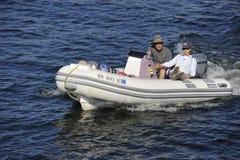 Imbarcazione a motore di gomma con le coppie senior Fotografia Stock Libera da Diritti